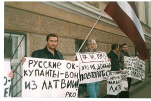 """Boriss Stomahins (pirmais no kreisās) piketā pie Latvijas vēstniecības Maskavā 2003. gada 17. jūnijā. Starp citu, arī tad, kad mūsu """"dzimtā"""" Drošības policija 2005. gadā ierosināja krimināllietu pret laikraksta """"DDD"""" veidotājiem, Boriss Stomahins Maskavā pie Latvijas vēstniecības sarīkoja piketu, protestējot pret šo politisko izrēķināšanos."""
