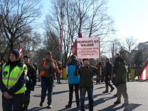 """Uzraksts uz plakāta: """"Okupanti uz mājām! Nāvi okupantiem, sarkanajiem fašistiem!"""""""